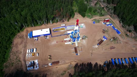 wiertarka : Aerial view of the oil gas drilling tower in forest