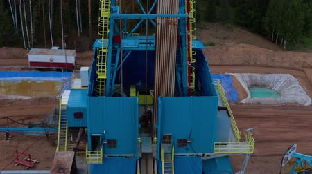 wiertarka : Flying over the oil gas drilling tower aerial view petroleum-producing