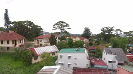 subúrbio : Horizontal pan of roofs of houses in Da Lat, Vietnam Stock Footage