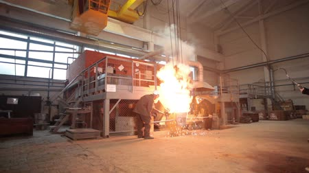 demirli : Smelting of the metal in the foundry Stok Video