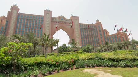takımadalar : DUBAI, UAE - JUNE 13: Atlantis Hotel on the Palm Jumeirah, Dubai