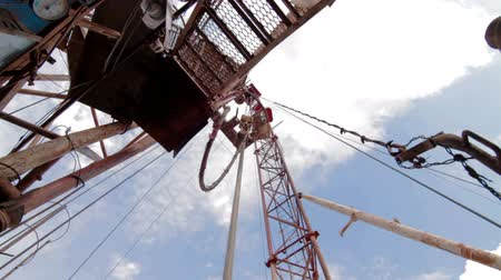 energetyka : drilling rig Descent tubes with a crane Wideo