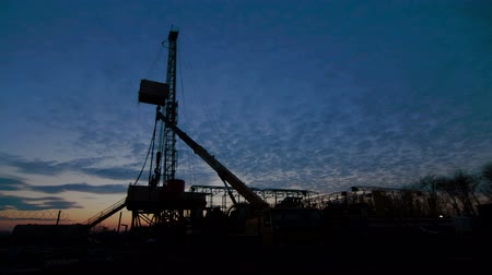 energetyka : Timelapse Drilling Rig Oil Industry during Sunset