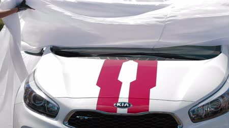осмотр : IZHEVSK, RUSSIA - JUNE 22, 2014: New Kia Ceed at the presentation of car