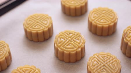 bandejas : Homemade cantonese moon cake pastry on baking tray before baking for traditional festival, close up, truck left.