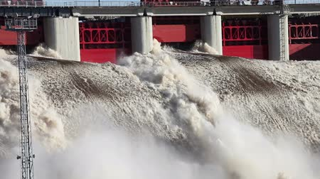 elektrownia : Spring flood water flowing on hydroelectric power station dam Wideo