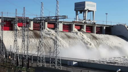 baraj : Spring flood water flowing on hydroelectric power station dam Stok Video