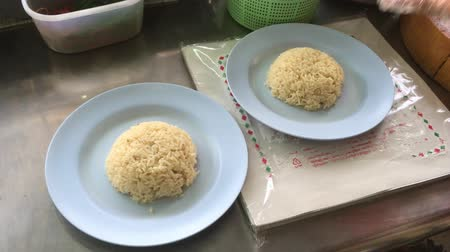 rosół : Woman Chef prepare Hainanese chicken rice for customer Wideo