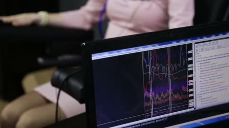 bağlılık : Lie-detector test, a woman answers the questions of the expert