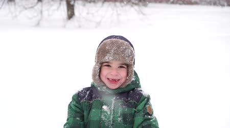 bafat : Beautiful Joyful preschooler boy having fun with snow. Winter wonderland Dostupné videozáznamy