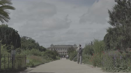 evrim : Botanical garden in Paris. The exterior of the Great Evolution Galery Stok Video