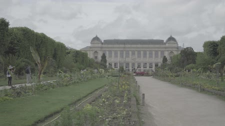 Botanical garden in Paris. The exterior of the Great Evolution Galery Стоковые видеозаписи