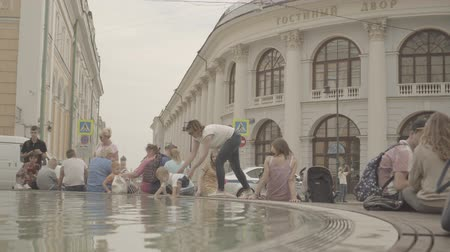 anlamlı : People have a rest around the fountain near the Gostinniy Dvor in Moscow