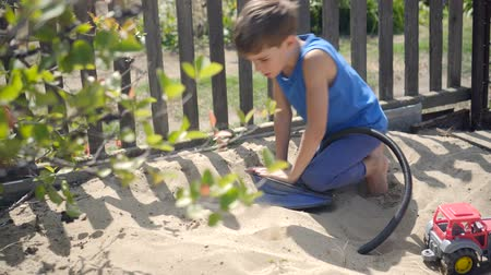 vulkán : using a pump, a curious child modeled a volcano eruption in a sandbox