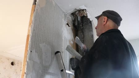 шпатель : The hole in the ceiling in the old house near the drainpipe was formed from wear and old age. The ceiling is to be repaired and rebuilt.