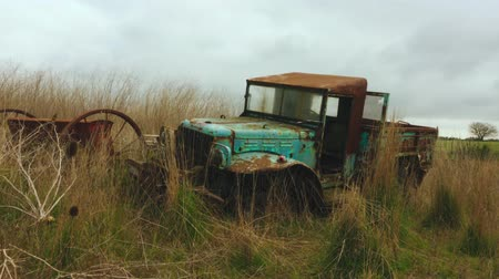 obsoleto : Old rusty abandoned car in the field.