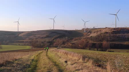 céu azul : Team of worker male and female. Wind turbines.