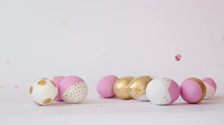 pascha : Minimal concept with golden pink pattern of different size egg on a gray background with copy space. Happy easter concept Wideo