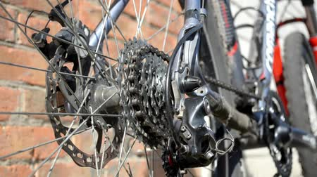 kaseta : New cassette with gears and chain on the rear wheel of old gray bike, a new transmission is working
