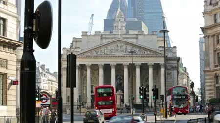 büyük britanya : LONDON, UK - September 20, 2015: Bank of England square. Cars and buses crossing the junction. Business background Stok Video