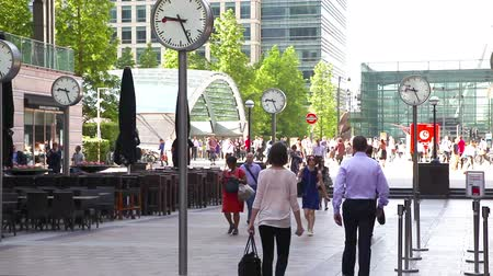 kanarya : LONDON, UK - JULY 03, 2015: Commuters rushing to work in Canary Wharf. Stok Video