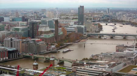 İngilizce : LONDON, UK - NOVEMBER 4, 2015: View of the London bridge from the 35 floor Stok Video