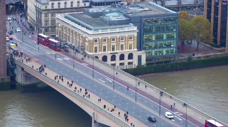 LONDON, UK - NOVEMBER 4, 2015: View of the London bridge from the 35 floor Vídeos