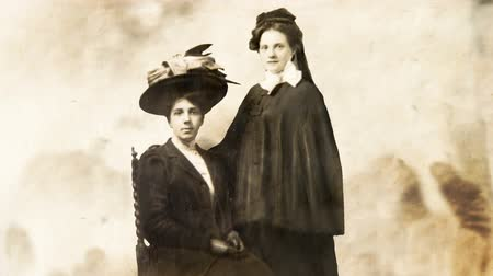 posou : Vintage photo of two young english ladies 1900-1910. Antique photograph