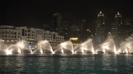 Объединенные Арабские Эмираты : DUBAI, UNITED ARAB EMIRATES - 20 AUG 2014: Dubai fountain music show. It is the worlds largest choreographed fountain system set. Стоковые видеозаписи