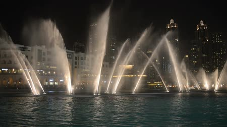 birleşik arap emirlikleri : DUBAI, UNITED ARAB EMIRATES - 20 AUG 2014: Dubai fountain music show. It is the worlds largest choreographed fountain system set. Stok Video