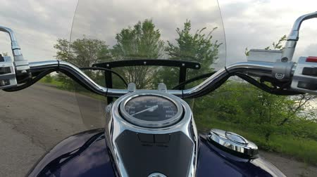 motocykl : The camera is mounted on the tank of the motorcycle.