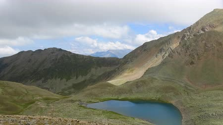 inspirar : Timelapse lake scenes in mountains with beautiful clouds moving fast, national park Dombai, Caucasus, Russia, Europe. Summer landscape, blue sky and sunny day