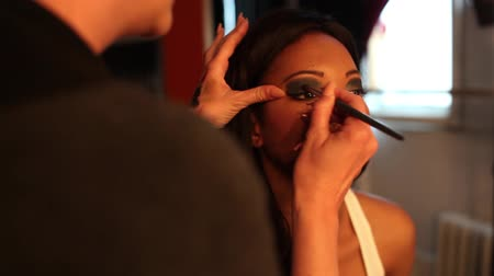 makijaż : make up artist applying makeup with brush before photoshoot Wideo