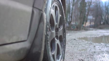 excesso de velocidade : Wheel spinning POV. Close up Slow motion. Dirt, dust, splashes Vídeos