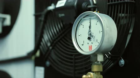 pressão : The pressure gauge on the water pipe