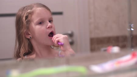 escova de dentes : little girl oral care with toothbrush. Slow Motion.