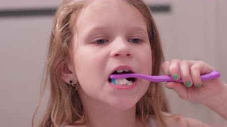 мята : little girl oral care with toothbrush Стоковые видеозаписи