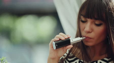 замена : young woman smoking electronic cigarette hd Стоковые видеозаписи
