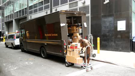 obličejový : NEW YORK - SEP 2017: UPS postal truck in lower Manhattan, New York City, USA Dostupné videozáznamy