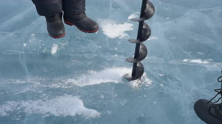pescadores : Two men are drilled ice ice screws. Vídeos