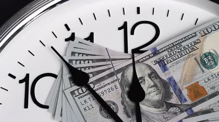 стек : $100 are on the clock. Denominations of 2009.