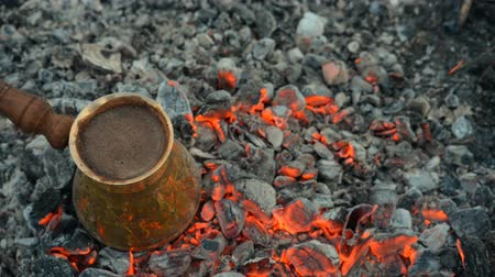 művésziesség : Boil Turkish coffee on coals. In this video: Coffee is mixed in a Turk. This is a traditional recipe for cooking coffee on real hot coals. All action takes place in nature.