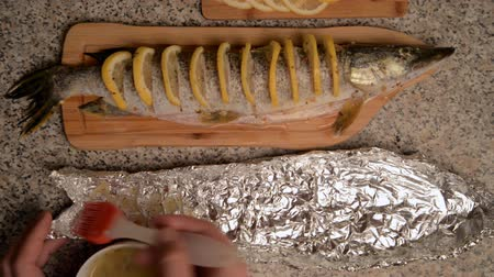 sál : Preparation of fish with lemon in oil. Pike with cuts, slices of lemon are inserted into the incisions. Everything is smeared with butter and falls into a foil shape. Used olive oil, spices and salt.
