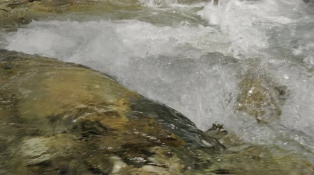 sıçramasına : Beautiful water in a mountain river in slow motion video. Shooting speed 60fps, slow motion. Live shooting of the most beautiful nature river mountain water. The camera is static.