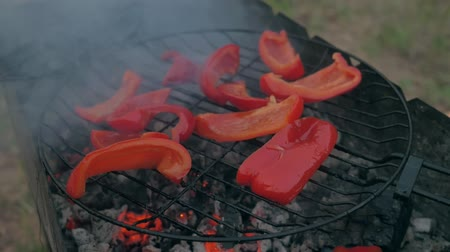 bulharština : Sweet red pepper on the grill. He is smoked on the bbq. A great vegetarian dish.