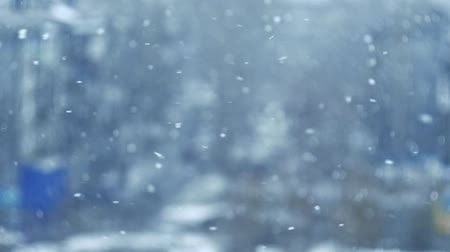 srážky : Slow motion of falling snow. Blurred winter background. Snowing dream. White cold weather. Winter snowfall. Shooting at 180fps in city.