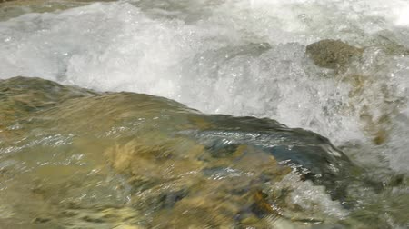 sıçramasına : Beautiful water in a mountain river in slow motion video. Shooting speed 60fps, slow motion. Live shooting of the most beautiful nature river mountain water. The camera is not static.