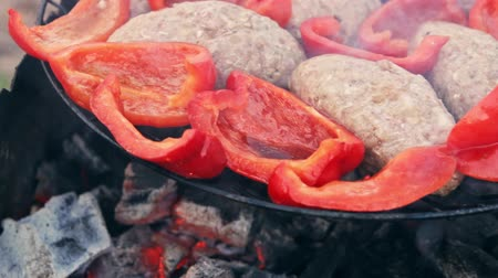 bolgár : Cutlet from fried meat on grill with Bulgarian red sweet pepper. The products are roasted separately, without mixing. A good dish for a mixed group of people from meat-eaters and vegetarians.