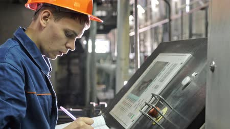 ścieki : RUSSIA, ANGARSK - JUNE 8, 2018: Operator monitors control panel of production line. Manufacture of plastic water pipes of the factory. Process of making plastic tubes on machine tool with the use of water and air pressure. Wideo