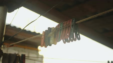 varal : old colored clothespins on a clothesline against the evening sky Vídeos